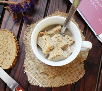 Bijela kava s kruhom