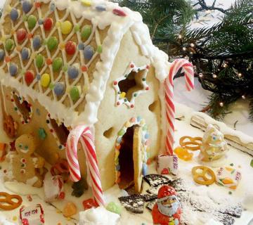 KORAK PO KORAK: Božićna kućica od medenjaka!