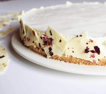 Ogradica za torte od bijele čokolade i ružinih latica