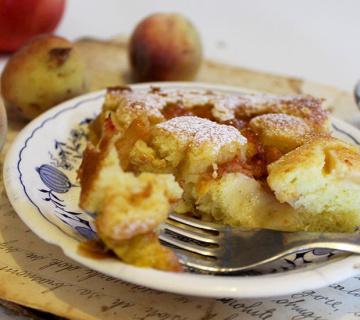 Jogurt kolač s breskvama i jabukama
