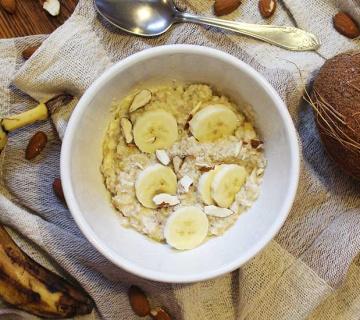 Zobena kaša s bananom i kokosom