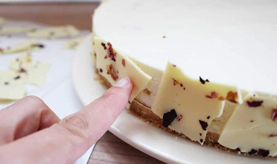 ogradica za torte od bijele cokolade dekoracija torti jestivim cvijecem latice ruza