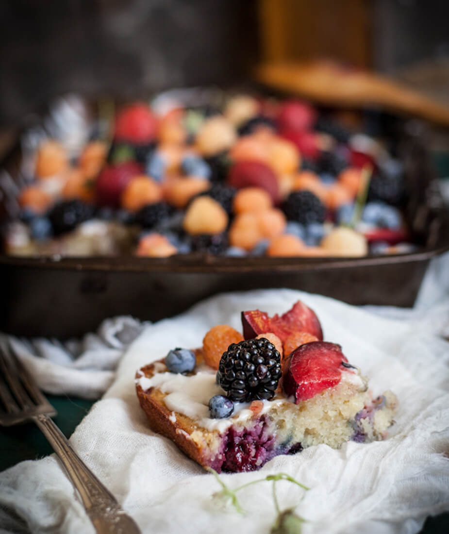 vocni kolac sa sljivama kupinama malinama lavandom