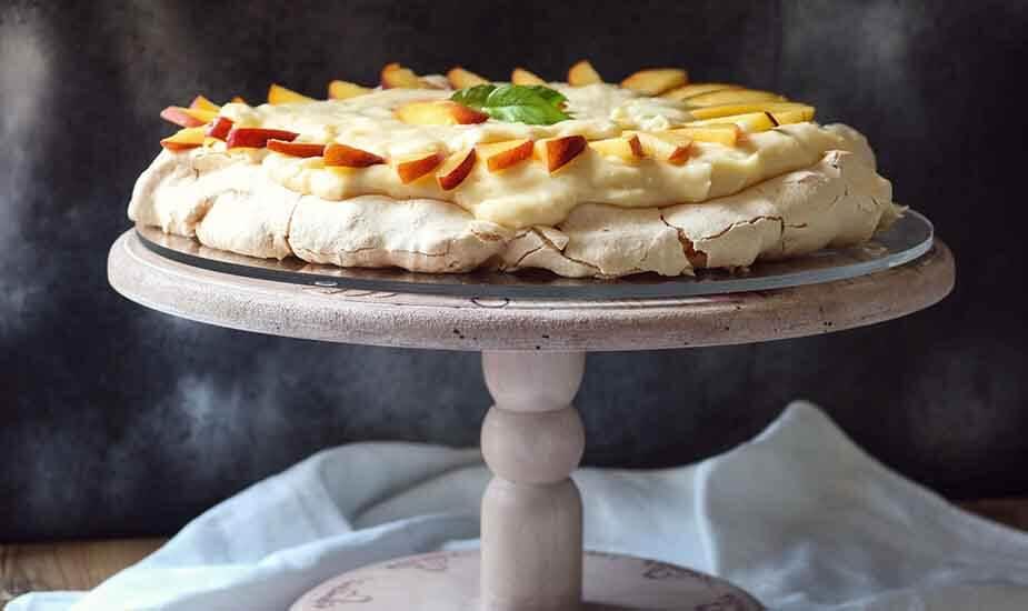 ljetni desert pavlova torta s breskvama